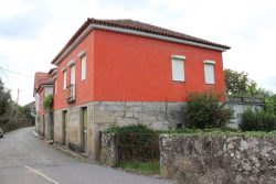 Detached village house with outbuildings and garden and nice views, Ermida, Tondela