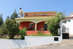 Detached house (1 + 2 beds) with garden and outbuilding, Barril de Alva, Arganil