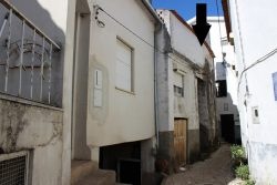 Corner house to restore, with garden, Côja, Arganil
