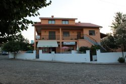 House (3 + 2 bedrooms) and popular café in Covas, Tábua