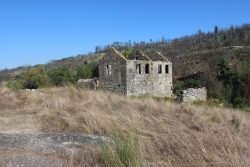 10 ha Quinta with house to renovate, water mills and olive press (ruin) on stream, Beijós, Carregal do Sal